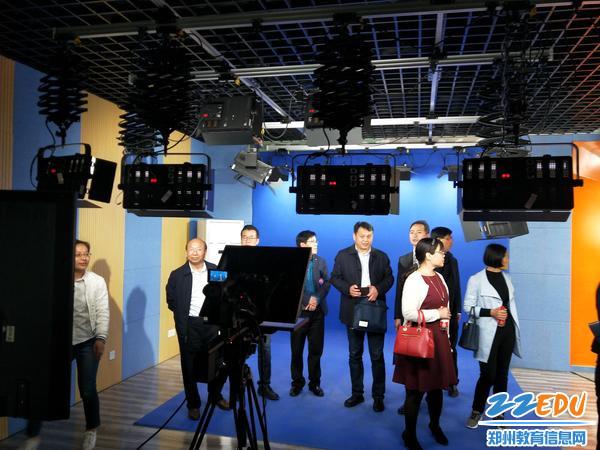 考察团参观校园电视台